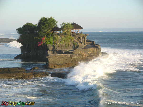 indonesia,tanah lot tepmple,sea,waves,wonderful view,photo by Elvi