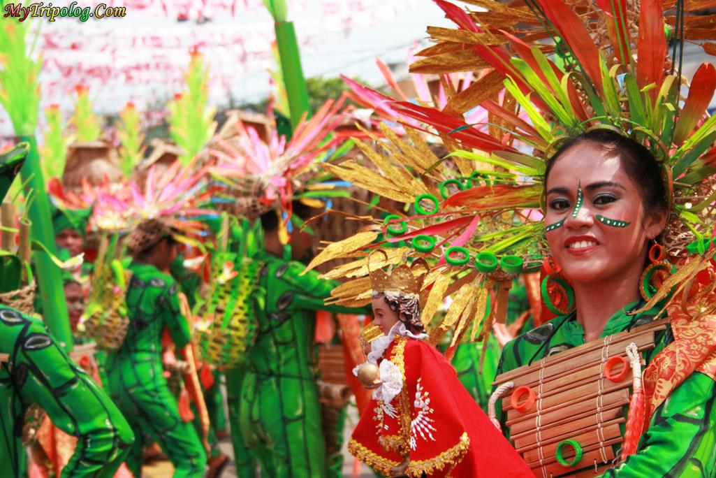 sinulog festival grand parade,cebu festivals,philippines,women dancers